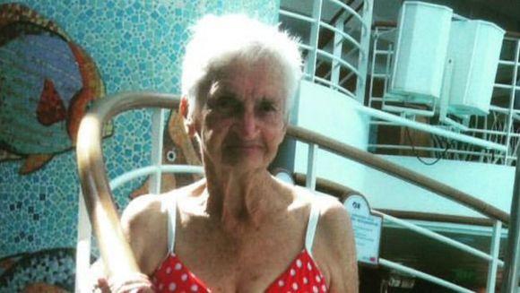Si-au convins bunica sa imbrace la 90 de ani un costum de baie! Acum, batrana este senzatia internetului. Uite cum arata aproape dezbracata aceasta femeie la varsta ei!