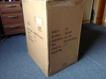 A comandat un cadou de pe internet, dar s-a speriat cand curierul i-a adus o cutie uriasa, inalta cat un dulap. A desfacut-o cu teama - uite ce era in interiorul ei