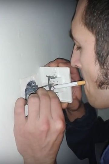Voia sa fumeze dar nu avea cu ce sa isi aprinda tigara, asa ca a demontat o priza din perete. Ce s-a intamplat cand a atins firele de tigara