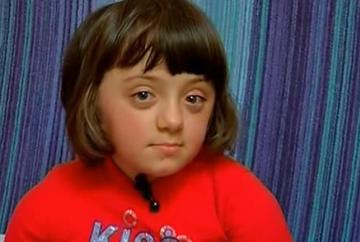 Ea este Gabriela, fetita cu oase de sticla! Drama ei este cumplita! Este incredibil ce au sfatuit-o doctorii pe mama ei imediat dupa nastere!