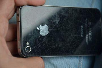 Avea iPhone-ul plin de zgarieturi pe spate, asa ca a pus putina pasta de dinti pe el si a inceput sa frece. E incredibil cum arata dupa ce l-a sters cu o carpa