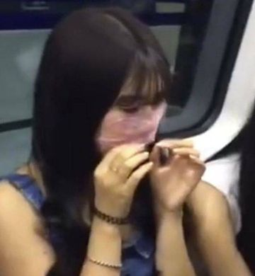 A vazut in metrou mai multe femei care isi intindeau la gura si pe frunte cateun prezervativ. I s-a parut dezgustator, insa uite motivul real pentru care au facut asta! Tu ai incerca asa ceva?