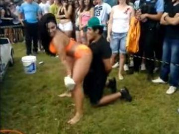 O dansatoare sexy l-a pus in genunchi si a inceput sa se miste lasciv in jurul lui, insa nu stia ca barbatul are o iubita geloasa in apropiere. E incredibil ce s-a intamplat cand l-a vazut prietena in pozitia asta