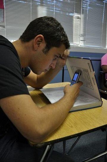 Un elev a furat in gluma telefonul profesoarei, dar cand s-a uitat in pozele de pe el a ramas blocat: uite ce a descoperit acolo! Totul a ajuns la director