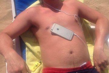Ce a patit acest barbat dupa ce a adormit asa la plaja, cu telefonul pe piept. Cand s-a trezit si si-a vazut pielea a inceput sa tipe