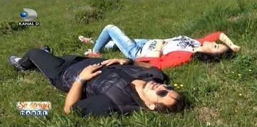 Andreea Mantea si Bursucu', terorizati pe camp! Ce era in iarba de s-au ridicat tipand si au luat-o la fuga