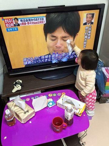 Copiii au cel mai bun suflet! E impresionat ce a facut aceasta fetita de un an cand a vazut la televizor un barbat plangand