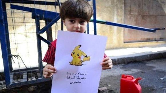 Ti se rupe sufletul! Baietelul asta din Siria a aflat de Pokemon Go si si-a pus poza asta pe Facebook. Mesajul scris pe hartie e cutremurator! Uite ce isi doreste acest micut