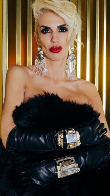 Raluca Badulescu, rochie de mireasa de 15 kilograme, aurie si cu o trena de 8 metri. Iata cum arata trena si invitatia la nunta