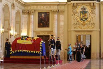 Doliu national: Astazi are loc inmormantarea Reginei Ana. Ultimele omagii au inceput in Piata Palatului din Bucuresti, urmate de inmormantarea de la Curtea de Arges