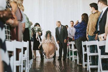 A paralizat de la gat in jos la varsta de 17 ani si de atunci nu a mai putut sa mearga. Desi nu spera, la 25 de ani s-a maritat. Cand au vazut ce incepe sa faca in fata altarului, toti invitatii au izbucnit in plans! Nimeni nu se astepta la asa ceva