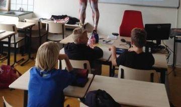 E incredibil cum a ales profesoara asta sa le predea anatomie elevilor sai! Uite ce a facut dupa ce s-a urcat pe catedra, in fata lor