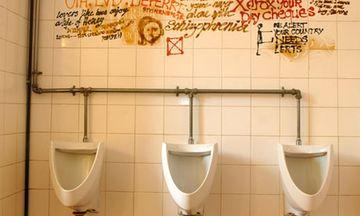 """A intrat intr-o toaleta publica si a vazut scris pe perete """"Daca vrei senzatii tari, suna la numarul asta!"""". A ras si a trimis un sms, dar nu se astepta la ceea ce a urmat! Uite ce s-a intamplat dupa ce a facut asta"""
