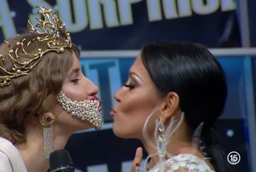 Andreea Mantea si Iulia Albu s-au pupat pe gura, in direct! Nimeni nu se astepta la asa ceva!