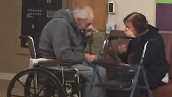 Au fost casatoriti 62 de ani, insa acum, doi soti sunt acum fortati sa traiasca separat. Fotografia cu cei doi care isi iau ramas-bun iti rupe inima