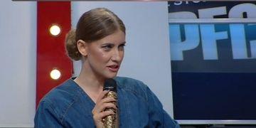 """O cântăreaţă celebră, făcută praf de Iulia Albu: """"Botinele par luate dintr-un sex shop. Părul arată ca o cască."""" Cum s-a îmbrăcat vedeta"""