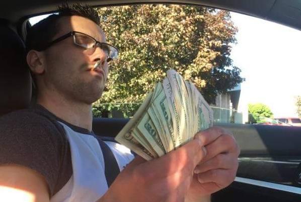 """""""Mi-am luat masina de 30.000$, cash!"""" S-a laudat pe Facebook ca are bani, postand o poza cu un teanc de bani in mana, insa nu si-a dat seama ce avea pe genunchi si s-a facut de ras. Detaliul care l-a facut sa intre in pamant de rusine"""