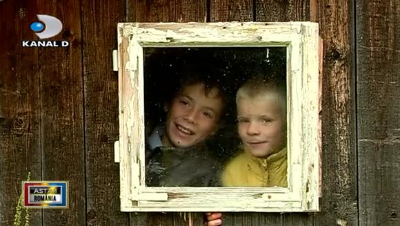 Doi copii si o fereastra spre lume! Iata cum isi duc traiul copiii dintr-un catun uitat de timp, din zona Sucevei