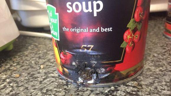 """Parea ca e un invelis de carnat ratacit in conserva de rosii, dar adevarul e mult mai rau! """"Fiul meu e traumatizat, n-a mai mancat de atunci!"""" E socant ce a gasit femeia in supa de rosii!"""