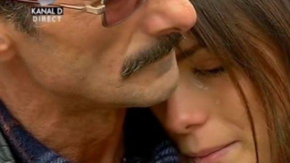 Dragostea ÎNVINGE! Cel mai controversat cuplu din România a ieşit în parc şi a închis gura lumii! S-au plimbat prin parc şi au spus lumii întregi de ce se iubesc