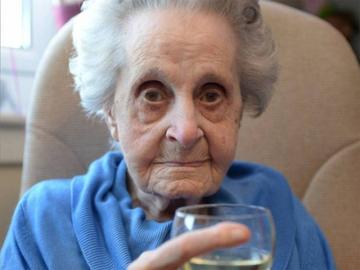Pare incredibil, dar la 102 ani batrana asta bea vin si fumeaza 20 de tigari pe zi! Desi face asta de 75 de ani, femeia e sanatoasa tun si nu ia nicio pastila! Ea spune ca i se trage de la dieta - uite ce mananca in fiecare zi