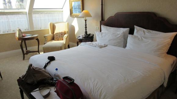 Clientii unui hotel s-au dus la receptie si au spus ca simt un miros urat venind din una dintre camere. Mai multe menajere au intrat sa vada ce se intampla. Totul parea in regula, dar cand s-au uitat sub pat, au avut un soc!