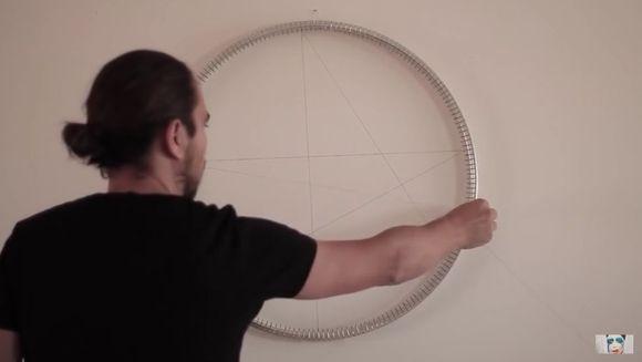 A pus un disc pe perete si a inceput sa intinda fire dintr-o parte intr-alta, pana cand a obtinut un tipar de-a dreptul divin! Cand o sa realizezi cat talent are barbatul, o sa ramai cu gura cascata
