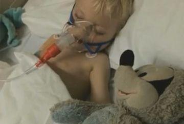 Cutremurator! Si-au botezat de urgenta copilul pe patul de spital, inainte de a-l deconecta de la aparatele care il mai tineau in viata. Au picat in genunchi de uimire cand au vazut ce se intampla cu el, dupa ce doctorul a scos masinaria din priza