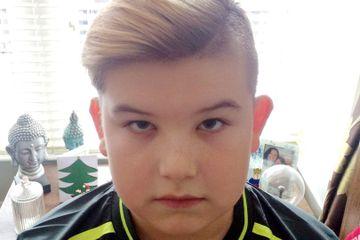 """La doar 11, l-au dat AFARA de la scoala, cand au vazut cum s-a tuns! """"E prea extrem!"""" Cum arata parul elevului"""