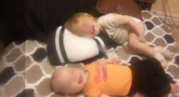 Si-a dus fetitele in dormitor si le-a culcat, ca sa isi faca somnul de dupa masa. Peste doua ore s-a mirat ca inca nu s-au trezit, asa ca s-a dus sa vada ce fac. Cand a deschis usa, a inceput sa tipe si sa planga instant! E cutremurator ce se intamp