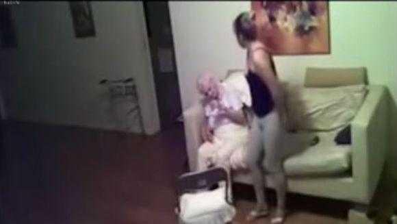 Nu intelegea de ce mama ei, in varsta de 94 de ani, era tot timpul trista si plangea des, asa ca a decis sa instaleze mai multe camere ascunse in apartament. Cand s-a uitat pe inregistrari, a incremenit! E cutremurator ce ii facea ingrijitoarea