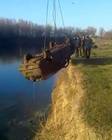 """Au gasit o masina pe fundul unui lac, asa ca au chemat o macara ca sa o scoata de acolo. Cand au adus-o pe mal si au vazut ce iese din interiorul ei, au incremenit: """"Doamne, cati sunt!"""""""