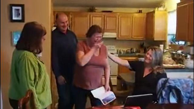 S-au strans in sufragerie si au inceput sa desfaca cu totii cadourile de Craciun. Femeia asta si-a vazut numele scris pe un plic si s-a gandit ca primeste iar o felicitare. Dupa ce l-a deschis a inceput sa planga! Uite ce era in interior