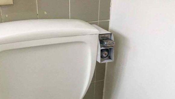 A inchiriat in graba un apartament, fara sa se uite atent la detalii. Cand a intrat in baie si a vazut ce montase proprietarul pe rezervorul vasului de WC, i-a picat fata!