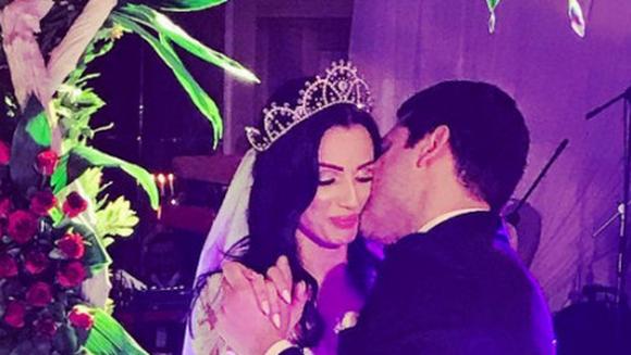 Un celebru actor din Turcia s-a casatorit la sfarsitul anului trecut cu una dintre cele mai frumoase femei din lume! Iata imagini spectaculoase de la nunta de poveste