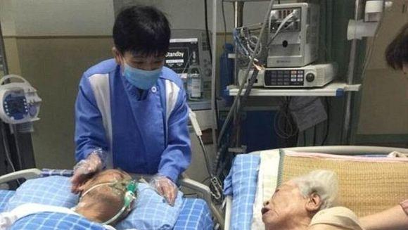 La 92 de ani batranul din imagine a avut o ultima dorinta inainte de moarte: aceea de a-si tine de mana sotia pentru ultima oara. Medicii au adus-o pe batrana de 95 de ani langa el. E incredibil ce s-a intamplat cand si-au impreunat mainile