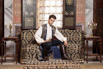 """Povestea actorului care-l interpreteaza pe sultanul Ahmed din """"Kosem""""! Canta la chitara si a jucat fotbal! Nu ratati luni seara, de la 20.00, premiera serialului """"Kosem"""", la Kanal D"""