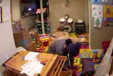 In timp ce ii facea baie baietelului ei in varsta de 2 ani a observat ca micutul avea arsuri pe maini. Nu isi dadea seama de la ce sunt, asa ca s-a uitat pe camera de supraveghere. A incremenit cand a vazut ce ii facea bona copilului nevinovat
