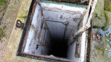 I s-a parut ciudat cand a gasit o usa in pamantul din spatele casei, asa ca a deschis-o si a dat de un tunel adanc, al carui fund nu se vedea. Si-a facut cruce si a coborat in el. A incremenit cand a vazut ce se afla acolo jos