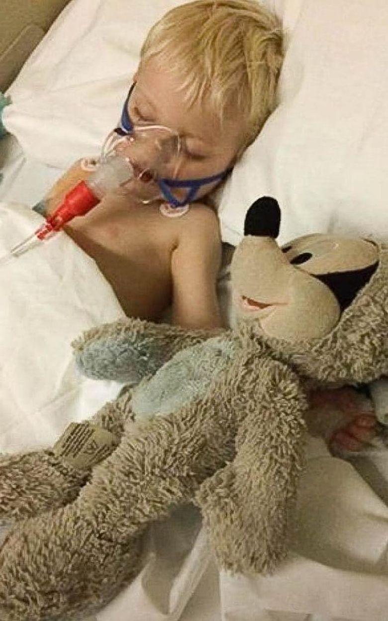 Baietelul lor de 3 ani era in moarte clinica, iar medicii i-au sfatuit pe parinti sa il deconecteze de la aparate. Inainte sa apese pe buton, mama a chemat un preot, care l-a impartasait. E cutremurator ce s-a intamplat dupa cateva minute