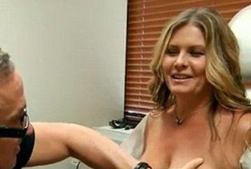 S-a dus la doctor disperata spunand ca simte ceva ciudat la piept. Medicul i-a cerut sa isi desfaca bluza si sa isi dea jos sutienul. Cand i-a vazut sanii, a incremenit! E cutremurator ce avea femeia acolo