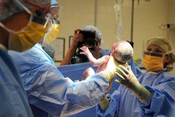 """Medicii, socati cand au vazut cum arata bebelusul pe care l-a nascut o femeie: """"Doamne, are ranile lui Iisus Christos pe corp!"""" Le-a fost frica sa mai puna mana pe el cand i-au vazut fruntea si palmele! Uite cum arata copilul"""