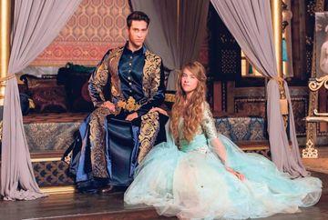 """Serialul """"Kosem"""", lansare grandioasa in Franta! Protagonistii au pasit pe covorul rosu de la Cannes si s-au bucurat de admiratia fanilor!"""