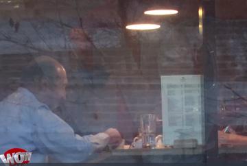 Bomba anului! Elena Udrea si Traian Basescu, surprinsi impreuna, la un pahar de vin, aseara, in timp ce zeci de mii de romani cereau in strada demisia Guvernului! Fostul presedinte a facut un gest incredibil: i-a turnat din paharul lui