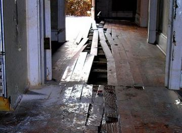 S-a apucat sa isi renoveze casa, dar cand a scos cateva scanduri din pardoseala a avut un soc! E incredibil ce a gasit sub ele, statea acolo de 73 de ani!