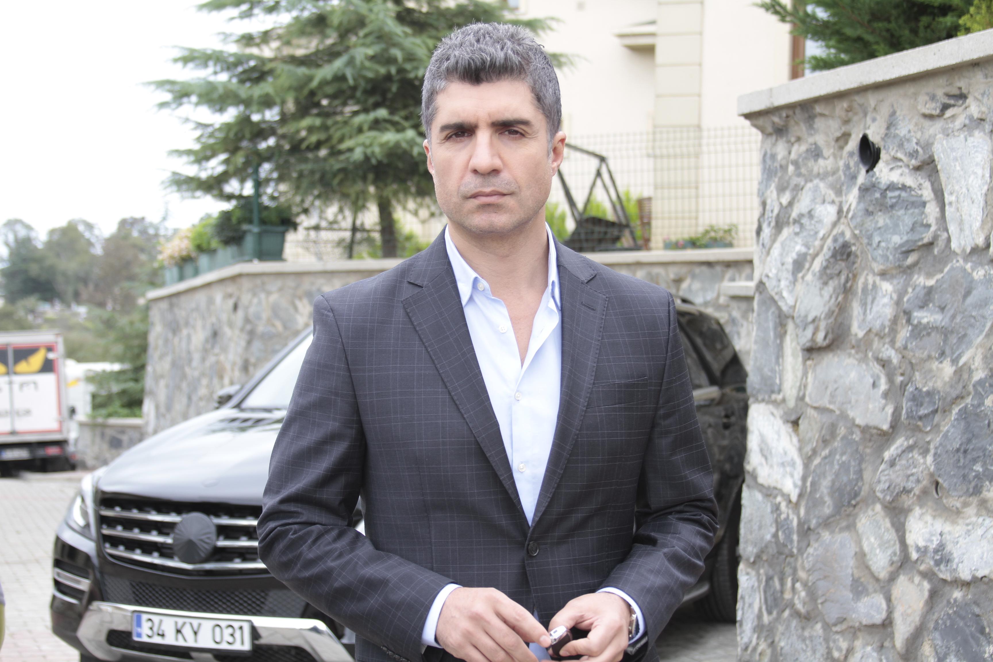 """Ozcan Deniz, interpretul personajului principal masculin din serialul """"Ziua in care mi s-a scris destinul"""": """"Nu imi pot imagina viata fara sa cant"""""""