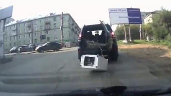 RAZI CU LACRIMI! Au vrut sa transporte o masina de spalat, insa ceva neasteptat s-a intamplat