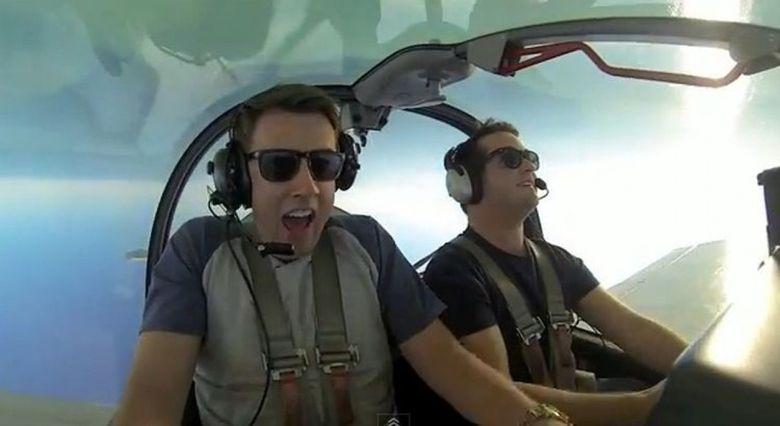 A devenit VIRAL! Reactia unui barbat in timpul unui zbor cu avionul intr-o cursa acrobatica