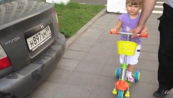 ADORABIL! Are doar doi ani si este EXPERT in automobile VIDEO