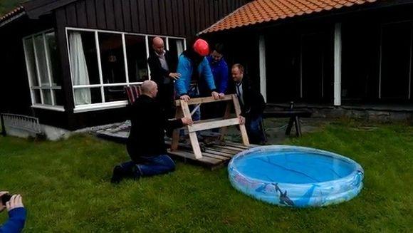RAZI CU LACRIMI! Ce farsa de pomina i-au pregatit prietenii unui pasionat de bungee jumping VIDEO